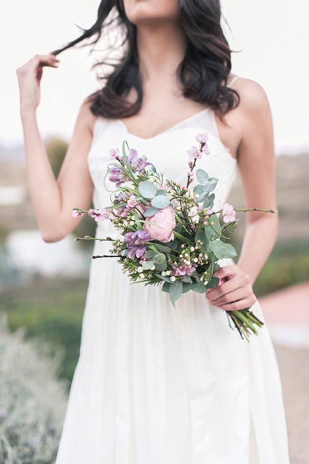 Schlichter Brautstrauß mit Kirschbaumzweigen und Eucalyptus in zartem rosé