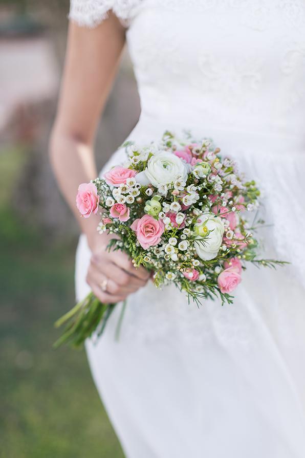 Brautstrauß mit kleinen Rosen, Gästeblümchen und Schleierkraut