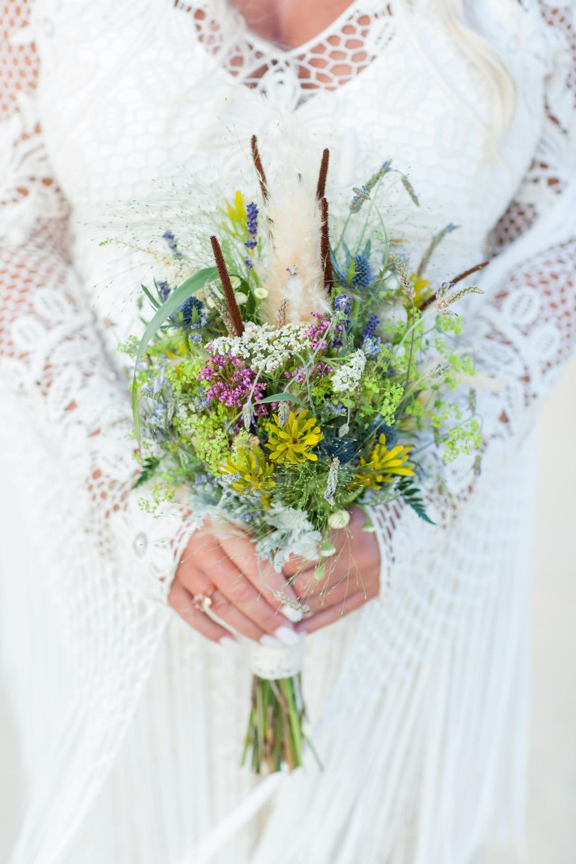 Brautstrauß boho mit Wiesenblumen und Federn für die Hippie Braut