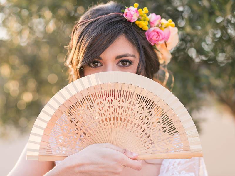 Spanische Braut mit Fächer und Blumen Kopfschmuck