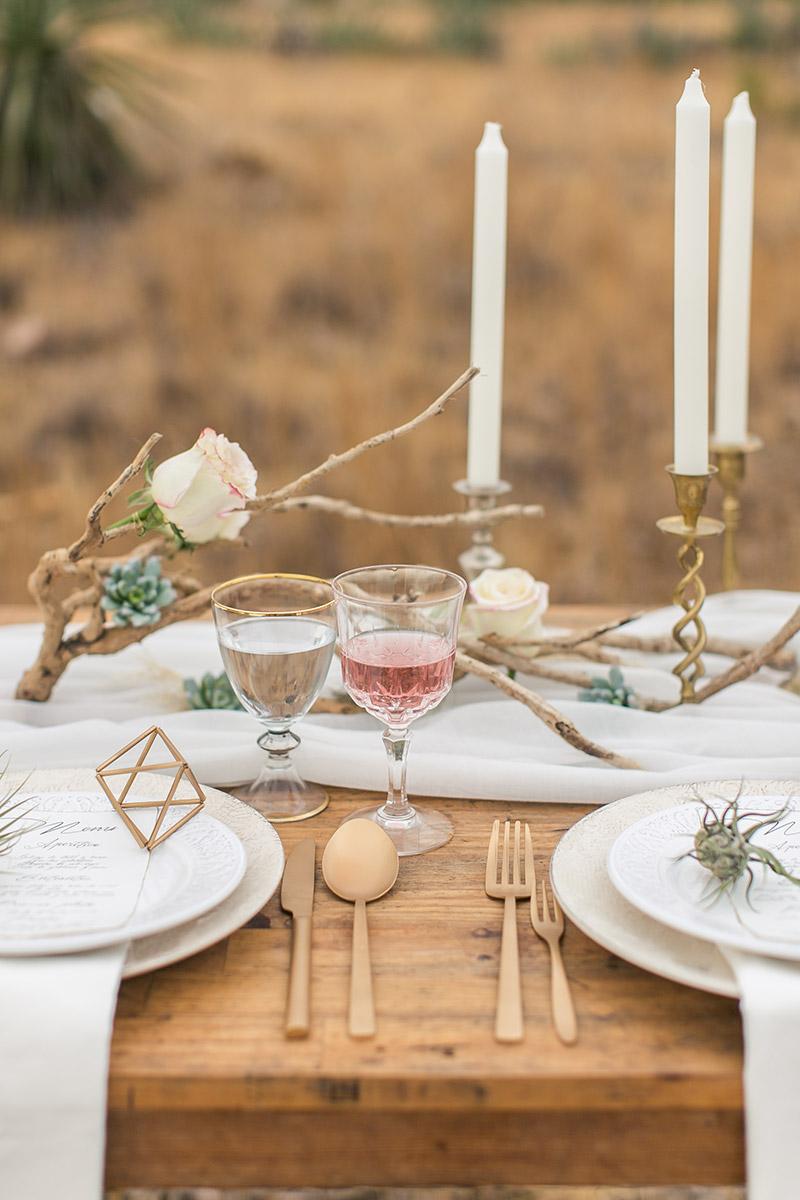 Vintage Tischdeko mit Treibholz und goldenen Kerzenhaltern