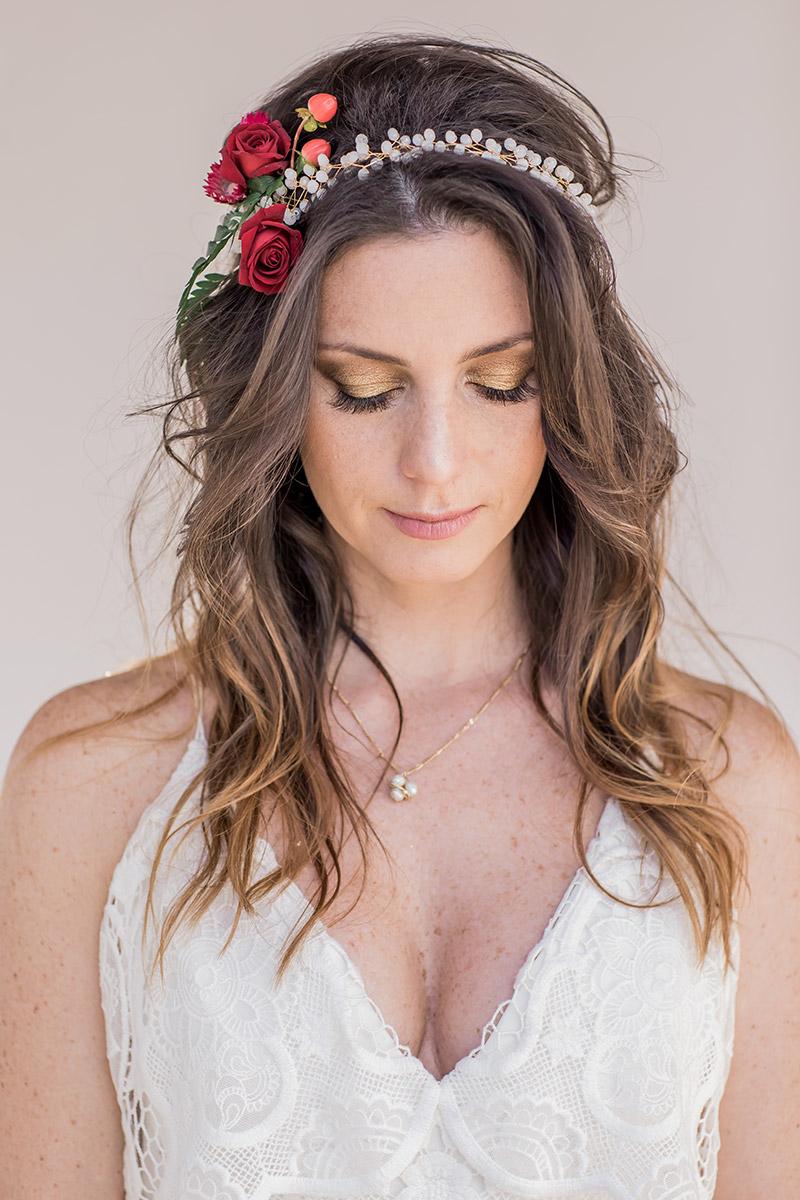 Brautstyling boho. Offene Brautfrisur mit Blumenkranz mit frischen Blumen