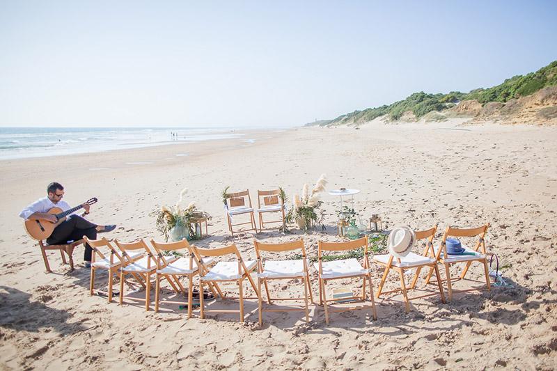 Freie Trauung am Strand in Spanien. Kleine Hochzeit am Strand