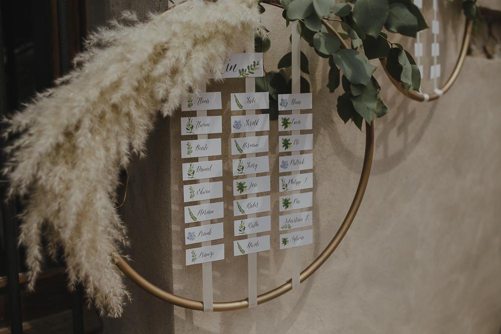 Festival boho Hochzeit, Boho Wedding Sitzplan Detail mit Eucalyptus und Pampas