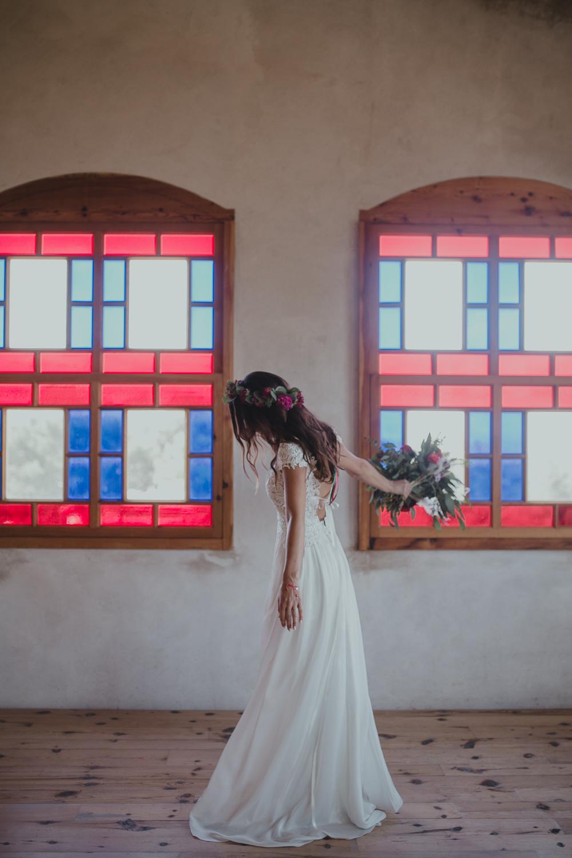 Festival boho Hochzeit, Boho Wedding Braut mit Boho Brautkleid aud Spitze und Seide mit freiem Rücken