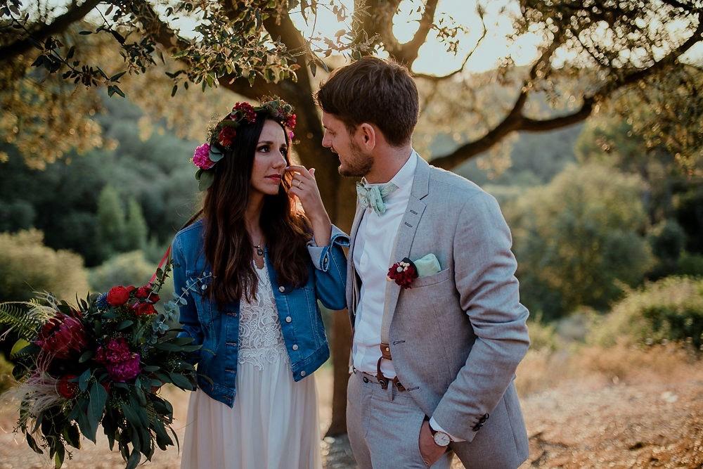 Festival boho Hochzeit, Boho Wedding Boho Brautpaar mit Blumenkranz und Jeansjacke