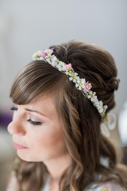 Heiraten im Ausland Getting ready der Braut, Brautstyling, schlichte Blumenkrone