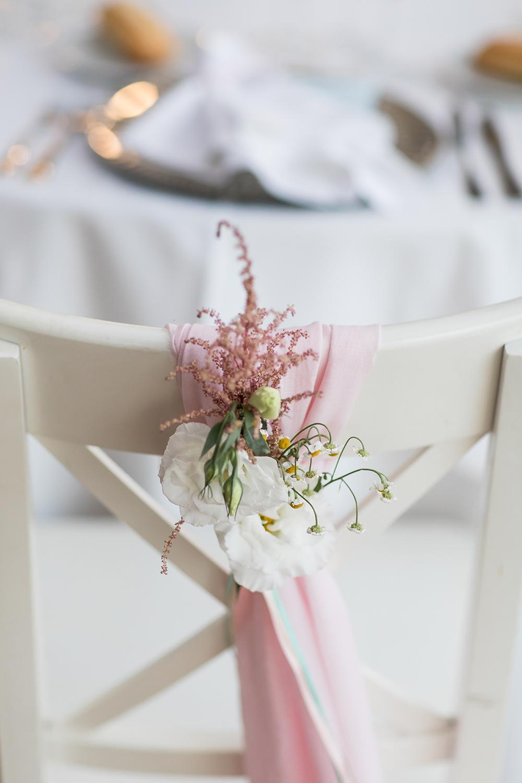 Heiraten im Ausland, Hochzeitslocation in Spanien, romantische Hochzeitsdekoration Stuhldeko Hochzeit
