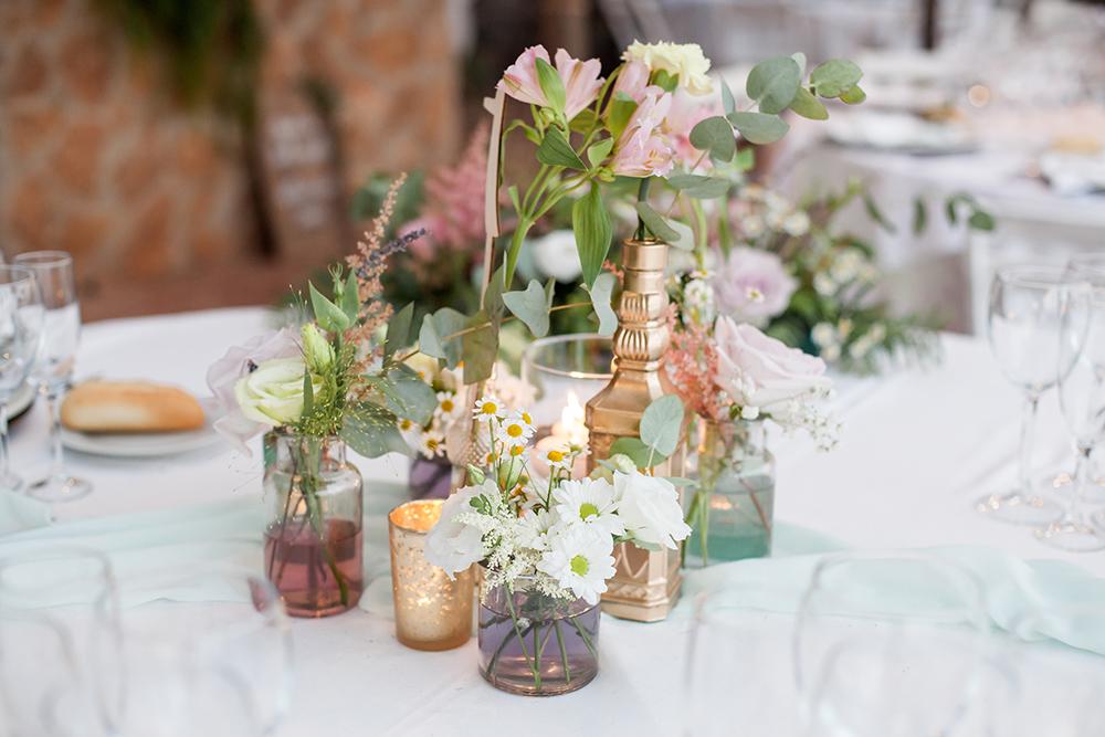 Heiraten im Ausland, Hochzeitslocation in Spanien, romantische Hochzeitsdekoration mit Wiesenblumen