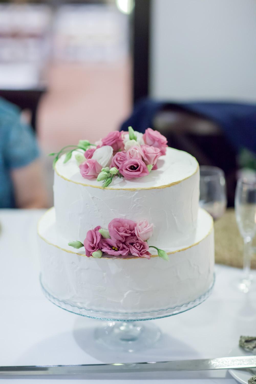 Hochzeitstorten Ideen Creme Torte mit Blumen dekoriert