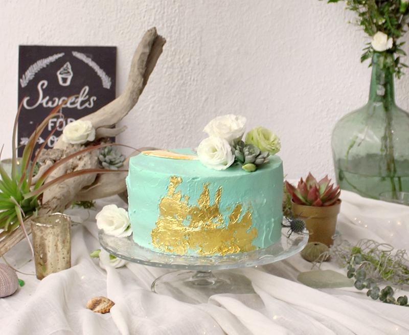 Hochzeitstorten Ideen mit Creme und Blattgold verziert