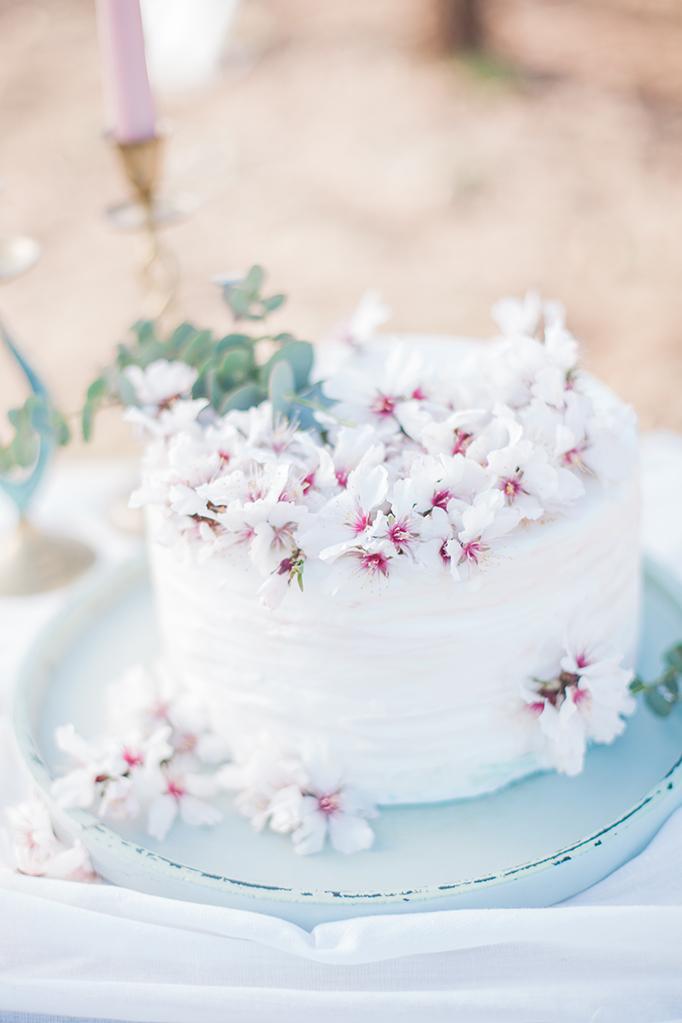 Hochzeitstorten Ideen Creme Torte mit Blumen und Farbverlauf