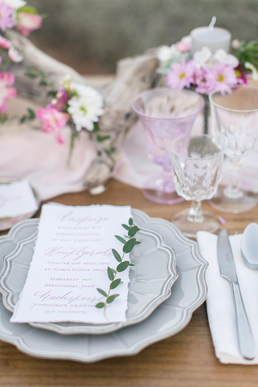 Tischdeko zur Hochzeit mit Treibholz und Blumen in Rosa und Kalligrafie Hochzeitskarten
