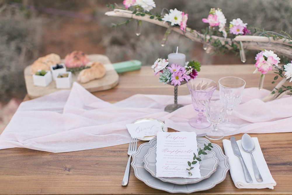 Hochzeit in Spanien, Tischdekoration zur Hochzeit, Blumendeko mit Treibholz in Rosa
