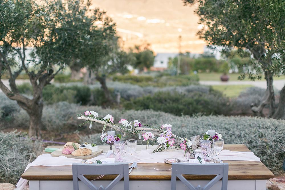 Hochzeit in Spanien, Tischdekoration mit Blumen und Treibholz