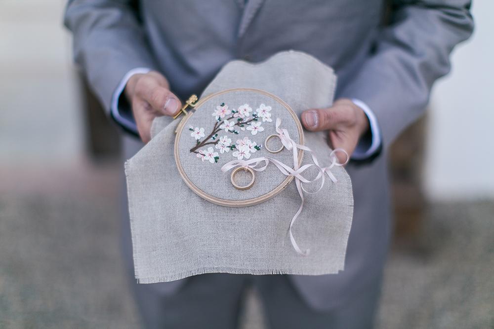 Hochzeit in Spanien, Ringkissen aus Stickrahmen mit Blumen bestickt.