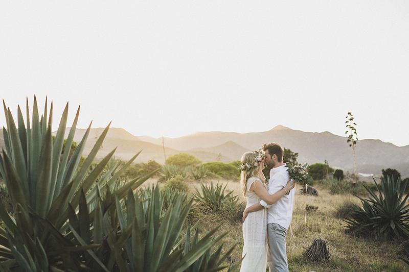 Boho Brautpaar im Naturpark Cabo de Gata in Spanien. Heiraten zu zweit am Meer