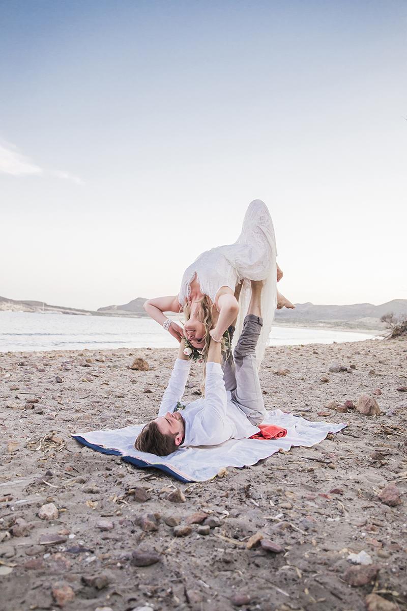 Acroyoga am Strand. Brautpaar macht Yoga am Strand bei ihren Brautpaarshooting