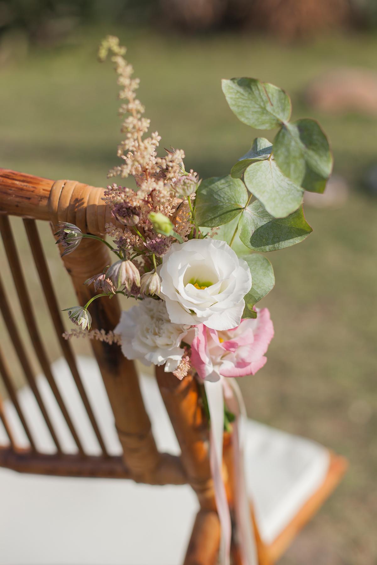 freie Trauung Dekoration für Stühle, Blumendetails Hochzeit